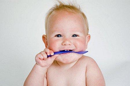 Виховання дитини. Як навчити малюка користуватися ложкою і виделкою.